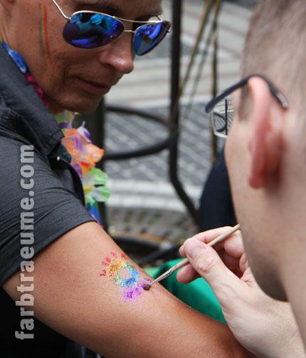 Glitzer-Tattoos auf dem CSD